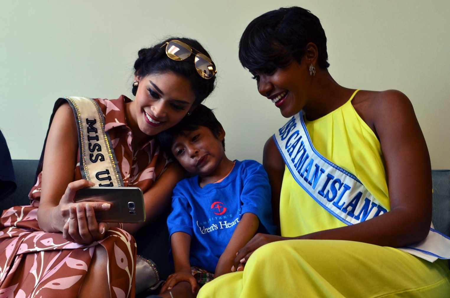 Miss Universo visita niños bolivianos operados de corazón en hospital del Caribe