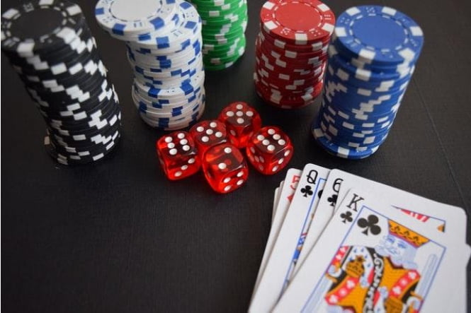 Casino gambling: Is it better to play live or online?